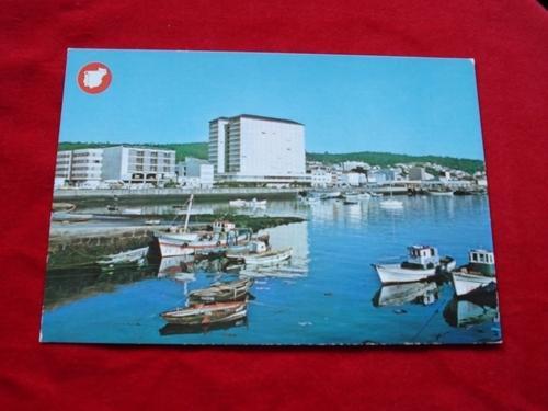 Tarxeta postal: Ribeira (A Coruña). Vista parcial do porto. Década 1970